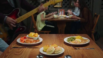 Cracker Barrel Country Dinner Plate TV Spot, 'Troubadour' - Thumbnail 4