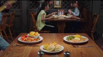 Cracker Barrel Country Dinner Plate TV Spot, 'Troubadour' [Spanish] - Thumbnail 4