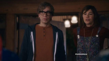 Old Navy TV Spot, 'Carolers' Featuring Carrie Brownstein, Fred Armisen - Thumbnail 5