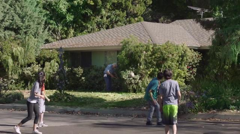 Walmart TV Commercial, 'Lend a Helping Hand'