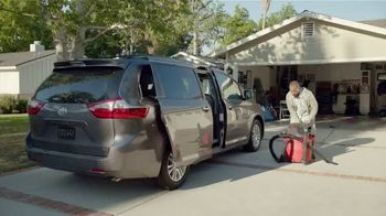 2017 Chrysler Pacifica TV Spot, 'This Guy or That Guy: Vacuum' [T2] - Thumbnail 4