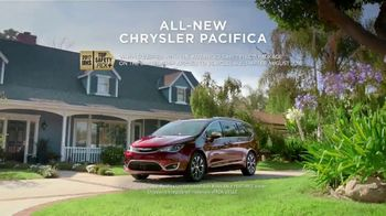 2017 Chrysler Pacifica TV Spot, 'This Guy or That Guy: Vacuum' [T2] - Thumbnail 7