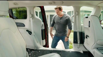 2017 Chrysler Pacifica TV Spot, 'Jim Gaffigan Street Smarts: Stow 'n Vac' - 1162 commercial airings