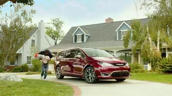 2017 Chrysler Pacifica TV Spot, 'Hands-Free Door' Featuring Jim Gaffigan - Thumbnail 2