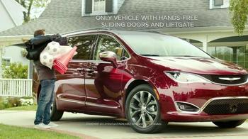 2017 Chrysler Pacifica TV Spot, 'Hands-Free Door' Featuring Jim Gaffigan - Thumbnail 3