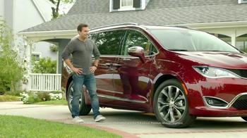 2017 Chrysler Pacifica TV Spot, 'Hands-Free Door' Featuring Jim Gaffigan - Thumbnail 9