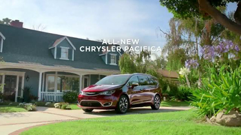 2017 Chrysler Pacifica TV Spot, 'Stow 'n Go' Featuring Jim Gaffigan - Thumbnail 10