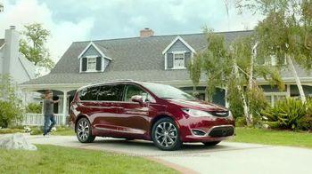 2017 Chrysler Pacifica TV Spot, 'Stow 'n Go' Featuring Jim Gaffigan