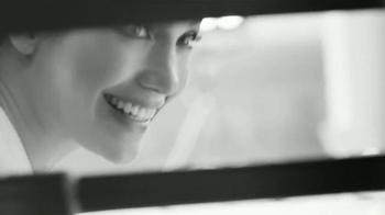 L'Oreal Paris Bright Reveal Peel Pads TV Spot, 'Radiante' [Spanish] - Thumbnail 2