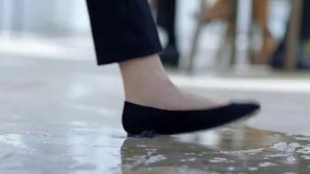 SKECHERS WORK Slip-Resistant TV Spot, 'Toma dos' con Kelly Brook [Spanish] - Thumbnail 3