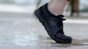 SKECHERS WORK Slip-Resistant TV Spot, 'Toma dos' con Kelly Brook [Spanish] - Thumbnail 8
