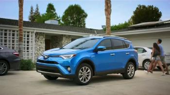 2016 Toyota RAV4 Hybrid TV Spot, 'Fiesta en la piscina' [Spanish] - Thumbnail 1