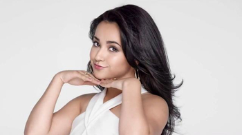 CoverGirl TruBlend TV Spot, 'Luce impecable' con Becky G [Spanish] - Thumbnail 6