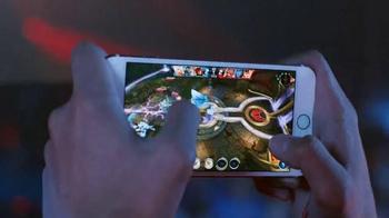 Apple iPhone 6s TV Spot, 'Ridículamente poderoso' con Jon Favreau [Spanish] - Thumbnail 5