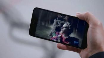 Apple iPhone 6s TV Spot, 'Ridículamente poderoso' con Jon Favreau [Spanish] - Thumbnail 7