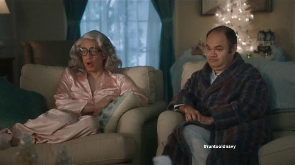 Old Navy TV Commercial, 'Compra regalos' con Judy Reyes y Fred Armise