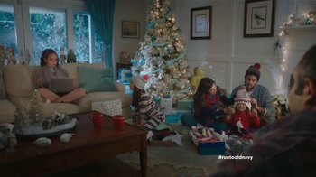Old Navy TV Spot, 'Compra regalos' con Judy Reyes y Fred Armisen [Spanish] - Thumbnail 2