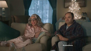Old Navy TV Spot, 'Compra regalos' con Judy Reyes y Fred Armisen [Spanish] - Thumbnail 6