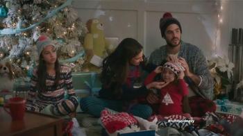 Old Navy TV Spot, 'Compra regalos' con Judy Reyes y Fred Armisen [Spanish] - Thumbnail 7