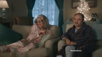 Old Navy TV Spot, 'Compra regalos' con Judy Reyes y Fred Armisen [Spanish] - Thumbnail 8