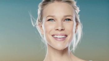 Garnier SkinActive Clearly Brighter TV Spot, 'Luminosa y suave' [Spanish] - Thumbnail 3