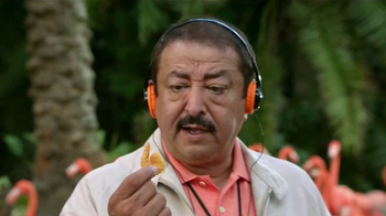 Popeyes $5 Butterfly Shrimp Tackle Box TV Spot, 'Soy flamingo' [Spanish] - Thumbnail 4
