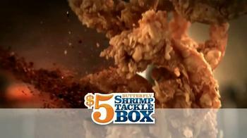Popeyes $5 Butterfly Shrimp Tackle Box TV Spot, 'Soy flamingo' [Spanish] - Thumbnail 8