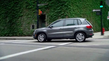 Volkswagen Evento Sign Then Drive TV Spot, 'Tememporada festiva' [Spanish] - Thumbnail 2