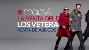 Macy's La Venta del Día de los Veteranos TV Spot, 'Abrigos' [Spanish] - Thumbnail 2