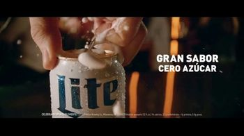 Miller Lite TV Spot, 'Con una hamburguesa' [Spanish]