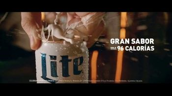 Miller Lite TV Spot, 'Con una hamburguesa' [Spanish] - Thumbnail 2