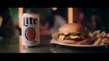 Miller Lite TV Spot, 'Con una hamburguesa' [Spanish] - Thumbnail 4