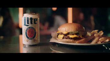 Miller Lite TV Spot, 'Con una hamburguesa' [Spanish] - Thumbnail 5