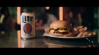 Miller Lite TV Spot, 'Con una hamburguesa' [Spanish] - Thumbnail 6