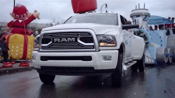 Ram Trucks Big Finish Event TV Spot, 'Holidays: Christmas Parade' Song by Gwen Stefani [T2] - Thumbnail 3