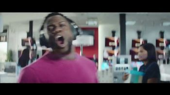 Chase Freedom Unlimited Card TV Spot, 'You're Always Earning' Featuring Kevin Hart - Thumbnail 4