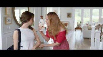 Jergens Deep Restoring Argan Moisturizer TV Spot, 'Old Man Elbows' Featuring Leslie Mann, Maude Apatow - 2806 commercial airings