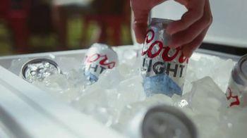 Coors Light TV Spot, 'Backyard Ice Hole' [Spanish] - Thumbnail 3