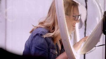Suave Essentials Body Wash TV Spot, 'Art Exhibit' - Thumbnail 1