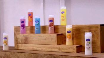 Suave Essentials Body Wash TV Spot, 'Art Exhibit' - Thumbnail 5