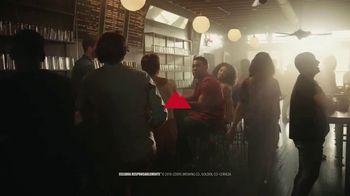 Coors Light TV Spot, 'Hot Bar Waterfall' canción de Pigeon John [Spanish] - Thumbnail 10