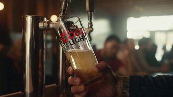 Coors Light TV Spot, 'Hot Bar Waterfall' canción de Pigeon John [Spanish] - Thumbnail 3