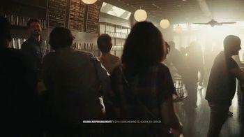 Coors Light TV Spot, 'Hot Bar Waterfall' canción de Pigeon John [Spanish] - Thumbnail 9
