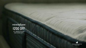 American Signature Furniture Presidents Day Mattress Sale TV Spot, 'Miracle Foam Set' - Thumbnail 5
