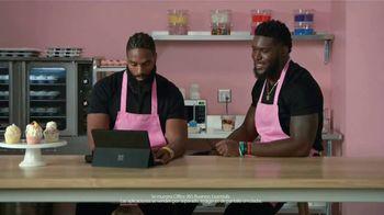 Microsoft Surface Pro 6 TV Spot, 'Compañeros y cupcakes' con Brian Orakpo, Michael Griffin [Spanish] - Thumbnail 5