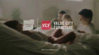 Value City Furniture Year-End Mattress Sale TV Spot, 'Plush Queen Mattress' - Thumbnail 7