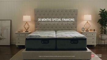 Value City Furniture Year-End Mattress Sale TV Spot, 'Plush Queen Mattress' - Thumbnail 6
