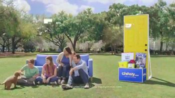 Chewy.com TV Spot, 'Talk in the Park: Chewy's Free Shipping' - Thumbnail 10