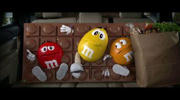 M&M's Super Bowl 2019 TV Spot, 'Bad Passengers' Featuring Christina Applegate - Thumbnail 10