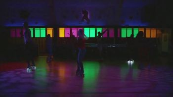 Google Pixel 3a TV Spot, 'Pista de patinaje' canción de Donna Summer [Spanish] - Thumbnail 1